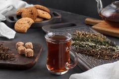 Taza del té, aún vida en un fondo oscuro Fotos de archivo libres de regalías