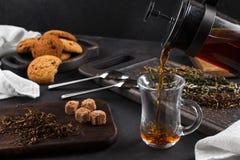 Taza del té, aún vida en un fondo oscuro Imagen de archivo