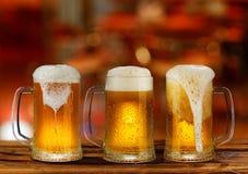 Taza del vidrio de cerveza de luz fría Imagen de archivo