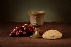 Taza del vino con las uvas y el pan Fotografía de archivo