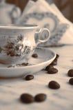 Taza del vintage de café y de granos de café Foto de archivo