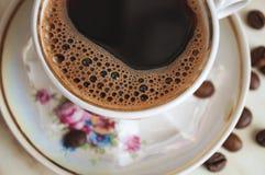 Taza del vintage de café y de granos de café Imagenes de archivo