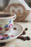 Taza del vintage de café y de granos de café Imagen de archivo libre de regalías