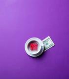 Taza, dinero y regalo Imagen de archivo libre de regalías