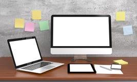 Taza elegante del teléfono, del ordenador portátil y de café en la tabla de madera Fotos de archivo libres de regalías