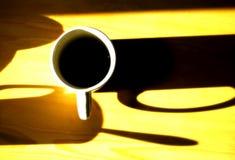 Taza en el vector amarillo Imagenes de archivo