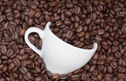 Taza en granos de café Fotos de archivo libres de regalías