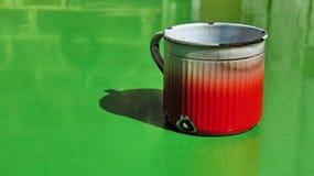 Taza en verde Imagen de archivo libre de regalías