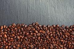 Taza, especias y chocolate de café en textura de madera de la tabla con el co Imágenes de archivo libres de regalías