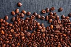 Taza, especias y chocolate de café en textura de madera de la tabla con el co Fotos de archivo libres de regalías