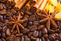 Taza, especias y chocolate de café en textura de madera de la tabla con el co Foto de archivo