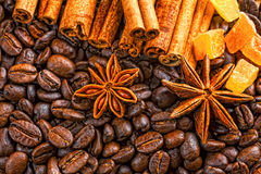 Taza, especias y chocolate de café en textura de madera de la tabla con el co Imagen de archivo libre de regalías