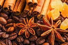 Taza, especias y chocolate de café en textura de madera de la tabla con el co Fotografía de archivo libre de regalías