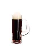 Taza estrecha con la cerveza marrón. Fotos de archivo libres de regalías