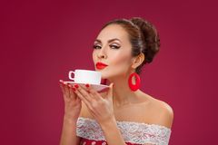 Taza feliz de la explotación agrícola de la mujer de té Pin-Para arriba retro Fotografía de archivo libre de regalías