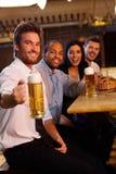 Taza feliz de la explotación agrícola del hombre de cerveza en pub Fotos de archivo libres de regalías