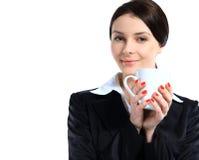 Taza feliz del asimiento de la mujer de negocios de la sonrisa de café foto de archivo