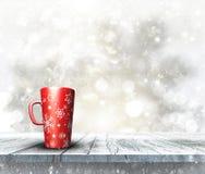 taza festiva 3D en la tabla de madera con el fondo de la Navidad Foto de archivo libre de regalías