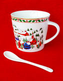 Taza festiva de la Navidad con la cuchara blanca Fotografía de archivo libre de regalías