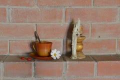 Taza, flor y vela Fotografía de archivo