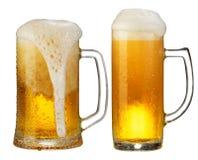 Taza fría de cerveza Foto de archivo