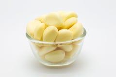 Taza fresca de ajo de la raíz en el fondo blanco Fotografía de archivo libre de regalías