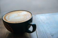 Taza fresca de café caliente imagenes de archivo