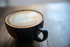Taza fresca de café caliente Fotos de archivo libres de regalías