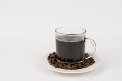 Taza fresca de café y de habas Foto de archivo libre de regalías