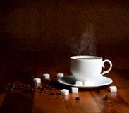 Taza fresca de café caliente con el azúcar y los granos naturales Imagenes de archivo