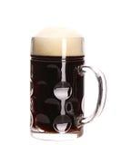 Taza grande alta de cerveza marrón con espuma. Fotografía de archivo libre de regalías