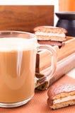 Taza grande de cacao caliente con espuma Fotos de archivo