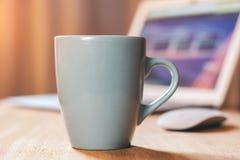 Taza gris en la mesa Imagen de archivo libre de regalías