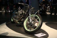 Taza Handbuilt ruso 2018 Motocicleta de encargo doc. Vista delantera a lo largo del lado derecho fotografía de archivo