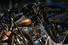 Taza Handbuilt ruso 2018 Motocicleta de encargo Harley Davidson entre otras motos fotografía de archivo libre de regalías