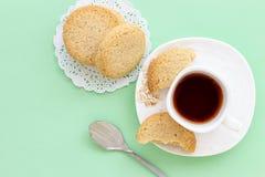 Taza hecha en casa de las galletas de harina de avena de Glutenfree de café express del té o del café en fondo verde en colores p imágenes de archivo libres de regalías
