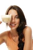 Taza hermosa de la explotación agrícola de la mujer con café del cappuccino Imagen de archivo