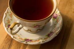 Taza hermosa de la porcelana de té en la tabla foto de archivo libre de regalías
