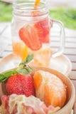 Taza infundida del agua de bebida de restauración de la fruta de la mezcla Fotos de archivo libres de regalías