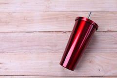 Taza inoxidable y del vaso en fondo de madera foto de archivo libre de regalías