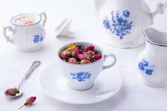 Taza japonesa de la porcelana con té color de rosa fotos de archivo libres de regalías