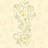 Taza linda dibujada mano con té de manzanilla Perfeccione el vapor caliente con las flores y la hierba debajo de la taza Objeto p Fotos de archivo libres de regalías