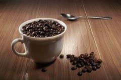 taza llena de café sólo y de cuchara Foto de archivo