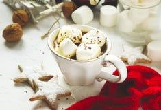 Taza llenada del chocolate caliente y de las melcochas Imagenes de archivo
