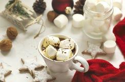 Taza llenada del chocolate caliente y de las melcochas Fotos de archivo libres de regalías