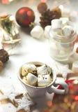 Taza llenada del chocolate caliente y de las melcochas Imágenes de archivo libres de regalías