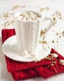 Taza llenada del chocolate caliente y de las melcochas Foto de archivo libre de regalías