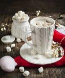 Taza llenada del chocolate caliente y de las melcochas Imagen de archivo