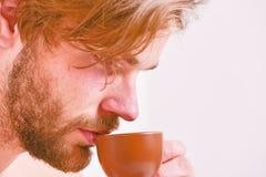 Taza machista hermosa barbuda del control del hombre de café Tiempo del mejor para comer su taza de café El hombre del aspecto at imagen de archivo libre de regalías