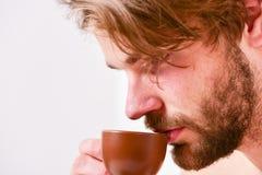 Taza machista hermosa barbuda del control del hombre de café Tiempo del mejor para comer su taza de café El hombre del aspecto at fotografía de archivo libre de regalías